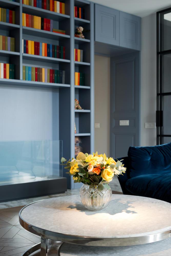 Гостиная в  цветах:   Бежевый, Бирюзовый, Синий.  Гостиная в  стиле:   Неоклассика.