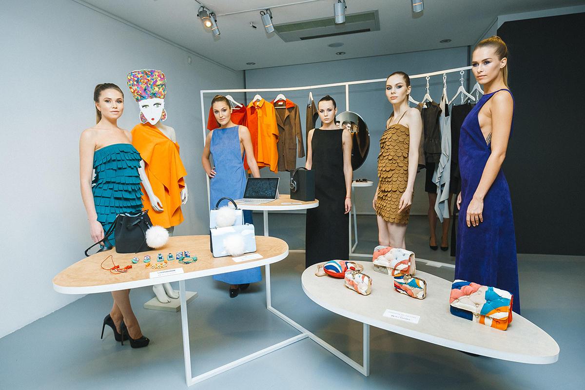 Компания Alcantara презентовала в Москве красочный перформанс