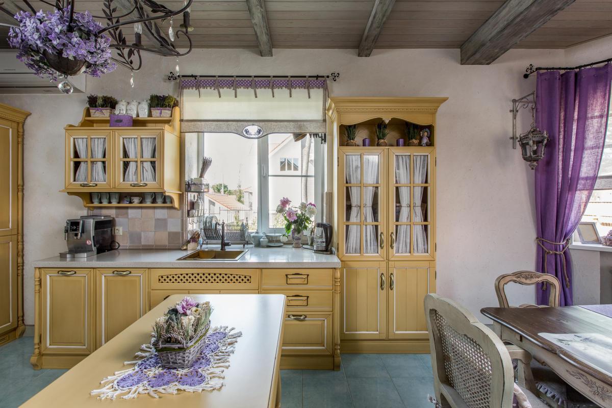 Впечатляющий интерьер частного дома в стиле прованс