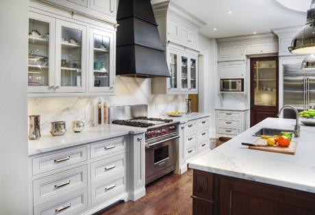 Кухня/столовая в  цветах:   Бежевый, Коричневый, Светло-серый, Серый, Темно-коричневый.  Кухня/столовая в  стиле:   Неоклассика.
