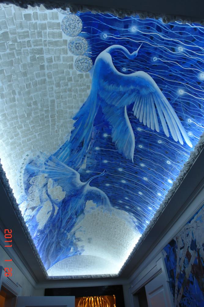 Потолок не расписывался по месту, художник создал несколько полотен в мастерской, а затем смонтировал их по месту.