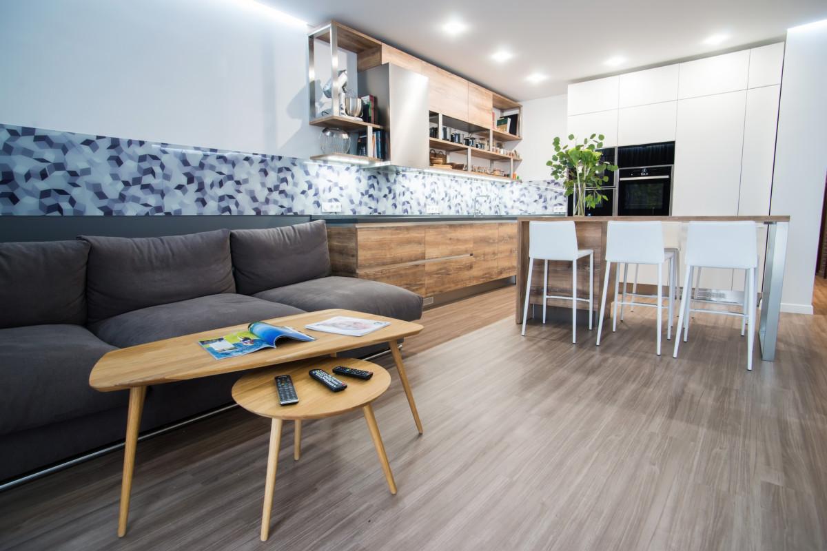 Стильная трёшка с белыми стенами, большой ванной комнатой и живым декором