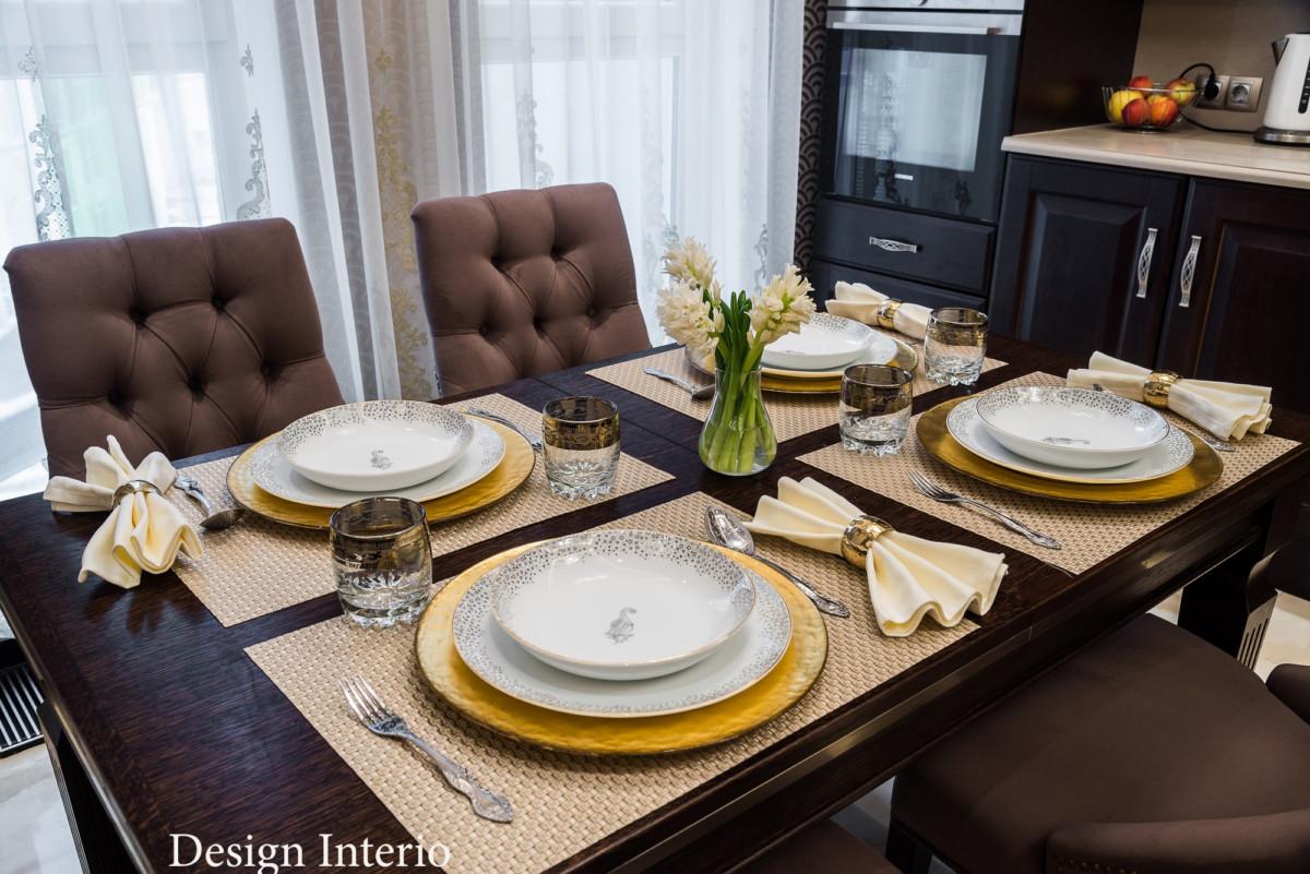 Обеденный стол из массива дуба с элементами металла. Посуда ZaraHome Decor в бело-золотой гамме.