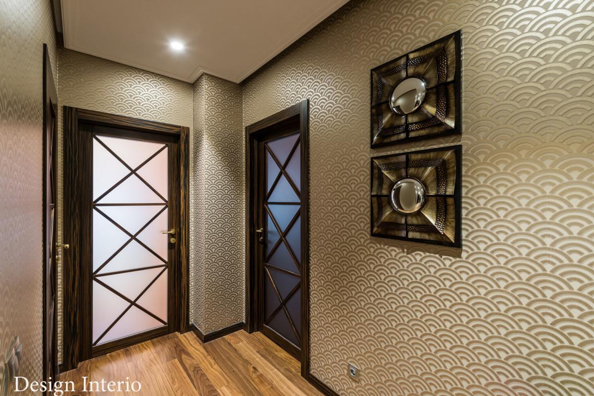 На стенах холла и гостиной обои в стиле ар-деко, производитель Sacho. Двери с матовым остеклением, поставщик из Италии.