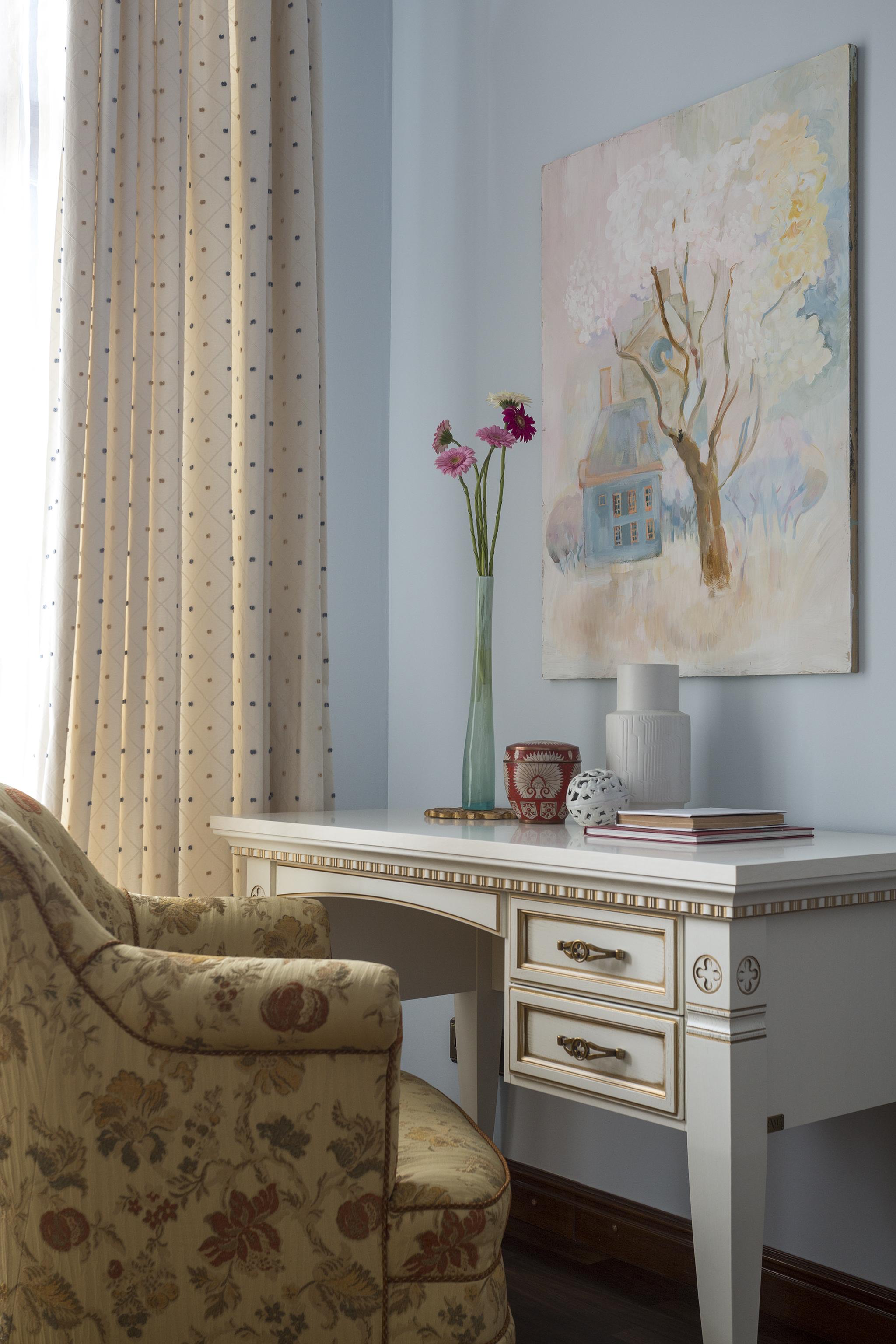 В этой детской мы создали атмосферу спокойствия, умиротворения и уюта. Светло-голубые стены, обивка кресла с характерным для французского стиля рисунком, письменный стол в деревенском стиле.