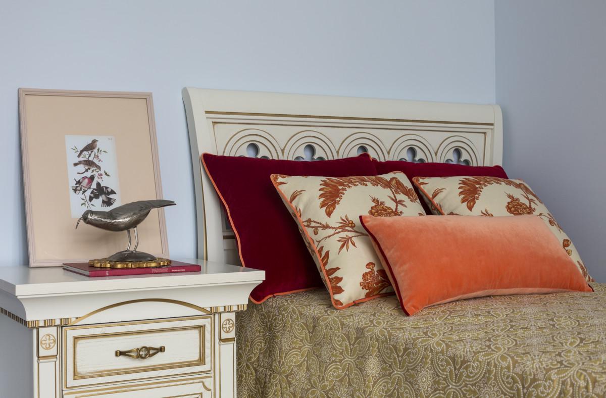 Рисунок ткани на покрывале сочетается с отделкой прикроватной тумбочки. Чтобы добавить жизнерадостные акценты в общую спокойную гамму детской, сшили подушки винного и оранжевого цветов