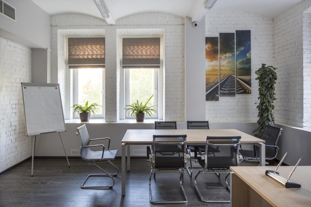 Комната для переговоров. Мы подобрали светлую минималистскую мебель для создания более современного лёгкого интерьера.