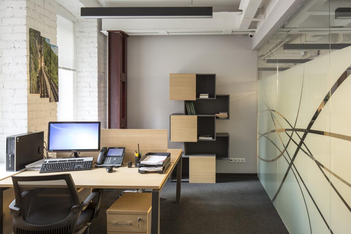 Оригинальная мебель отделана контрастно — светлым дубом и тёмно-серым МДФ.