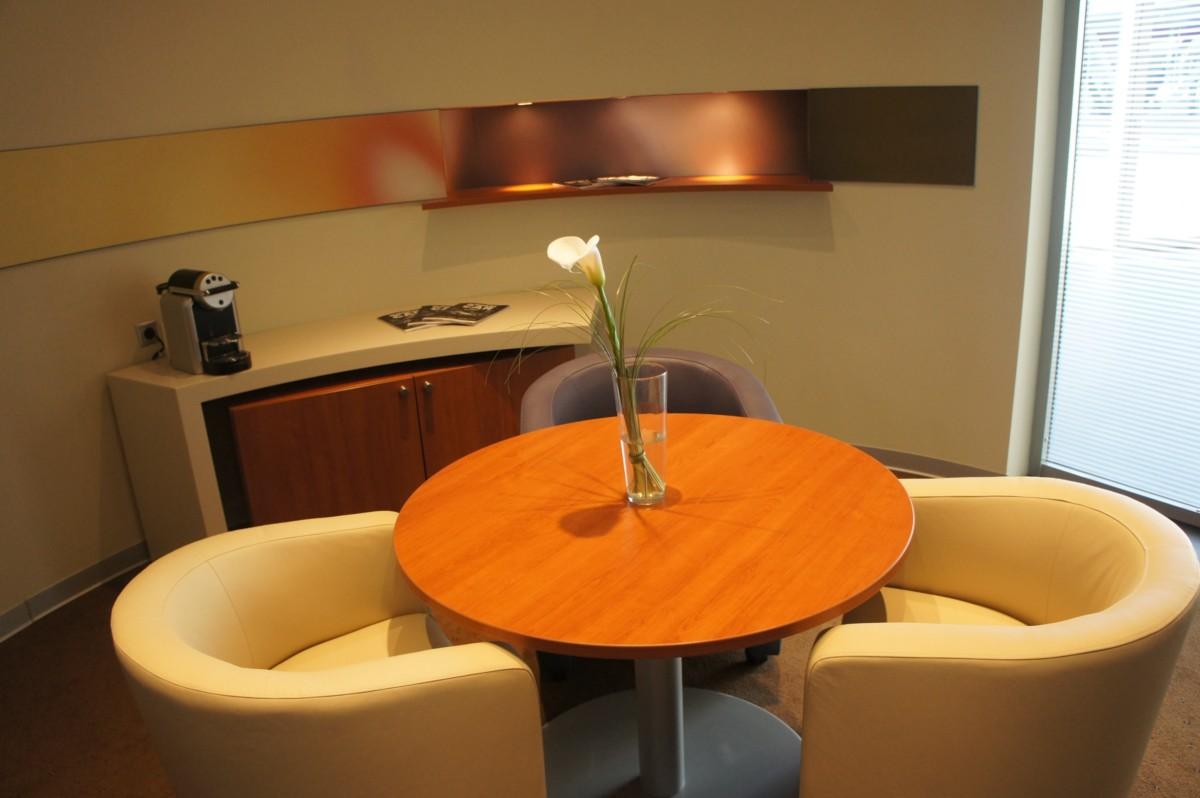 Комната переговоров. Сочетание тёплых терракотовых оттенков и светлой обивки мягкой мебели — фирменный стиль Lexus.