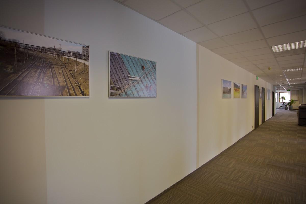Стены коридора окрасили вертикальными полосами разной ширины и разных оттенков основной гаммы, чтобы избежать монотонности.