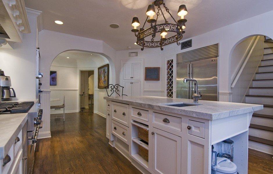 Кухня/столовая в  цветах:   Бежевый, Коричневый, Розовый, Темно-коричневый, Фиолетовый.  Кухня/столовая в  стиле:   Американский стиль.