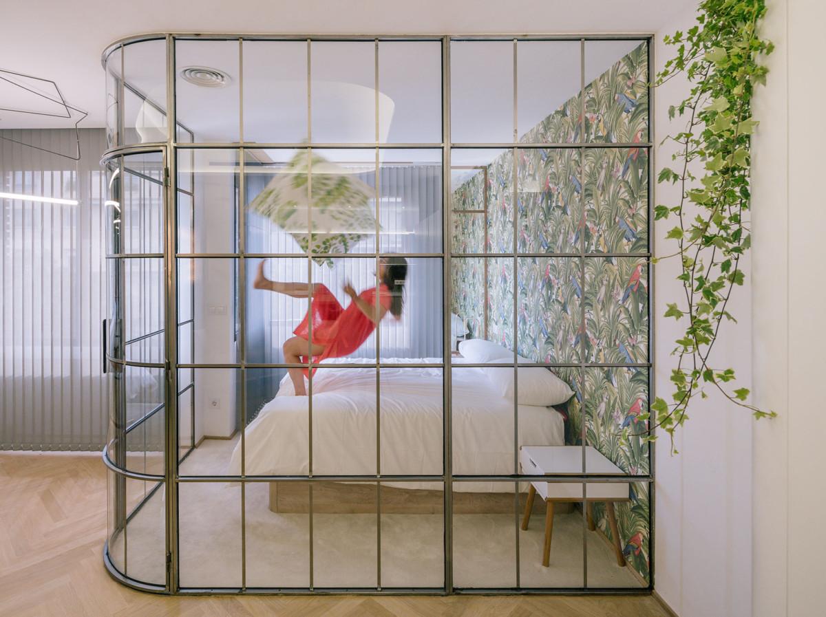 Спальня в  цветах:   Бежевый, Бордовый, Светло-серый, Темно-зеленый.  Спальня в  стиле:   Минимализм.