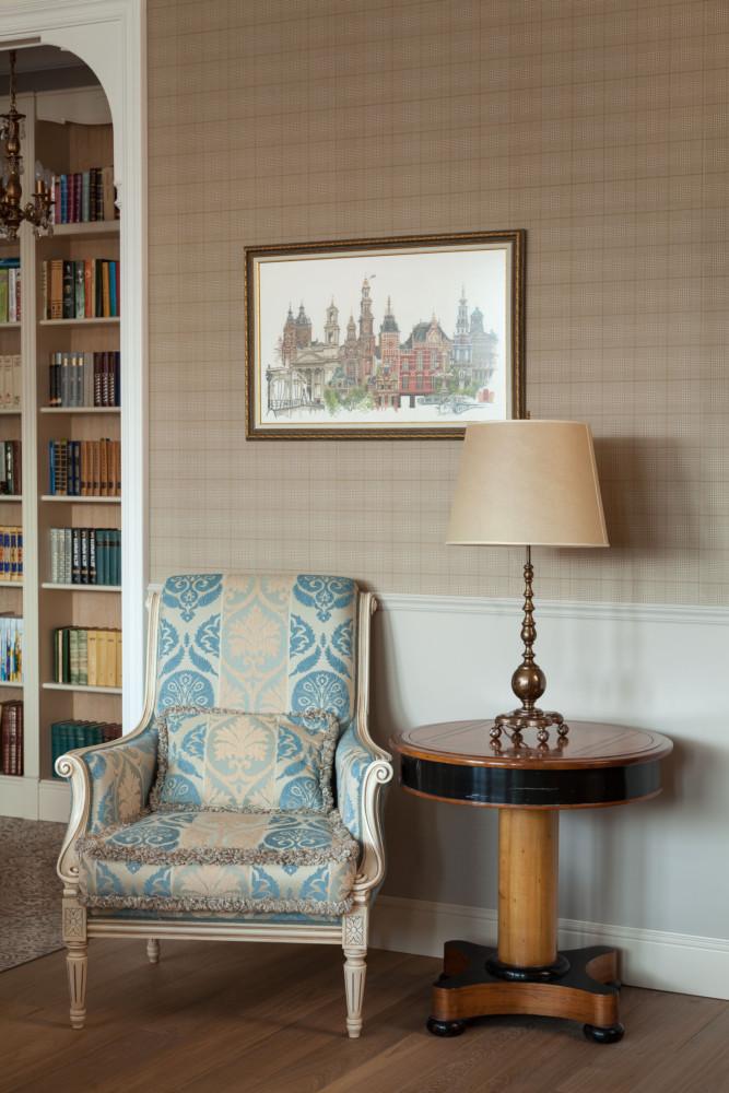 Гостиная была задумана в традиционном английском стиле. На стенах наклеены обои в клетку (орнамент «шотландка»), в комнатах и кухне расположились светильники соответствующей стилю формы.