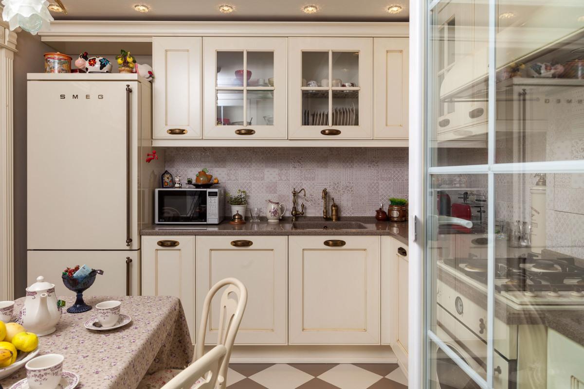 Для кухни был выбран массив дерева, окрашенный в молочный цвет. Кухня выполнялась на заказ.