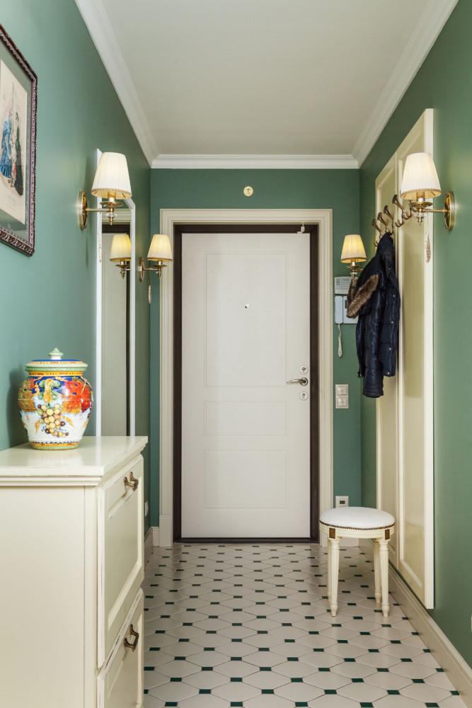 Коридор контрастирует с остальными комнатами. Основным цветом был выбран густой зелёный.