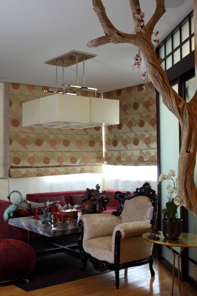 Деревянные панели и стеллажи из тонированного под венге дерева и двери со вставками из светлой кожи и яркого текстиля выигрышно контрастируют с яркими стенами.