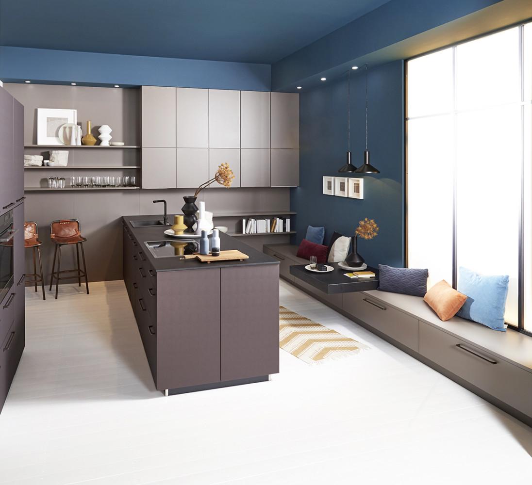 Кухня/столовая в  цветах:   Коричневый, Светло-серый, Синий, Темно-коричневый.  Кухня/столовая в  стиле:   Минимализм.