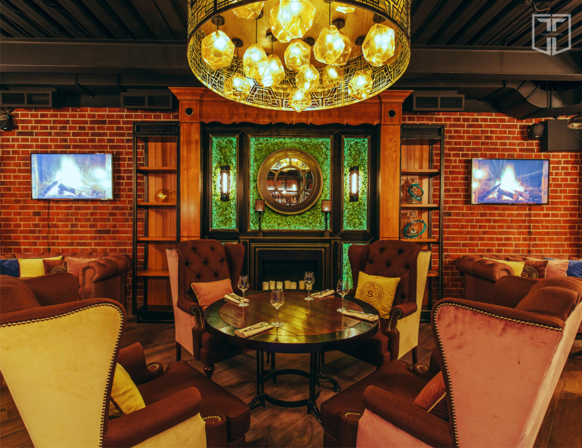 Люстра центрального зала, специально разработана в фирменном стиле заведения.