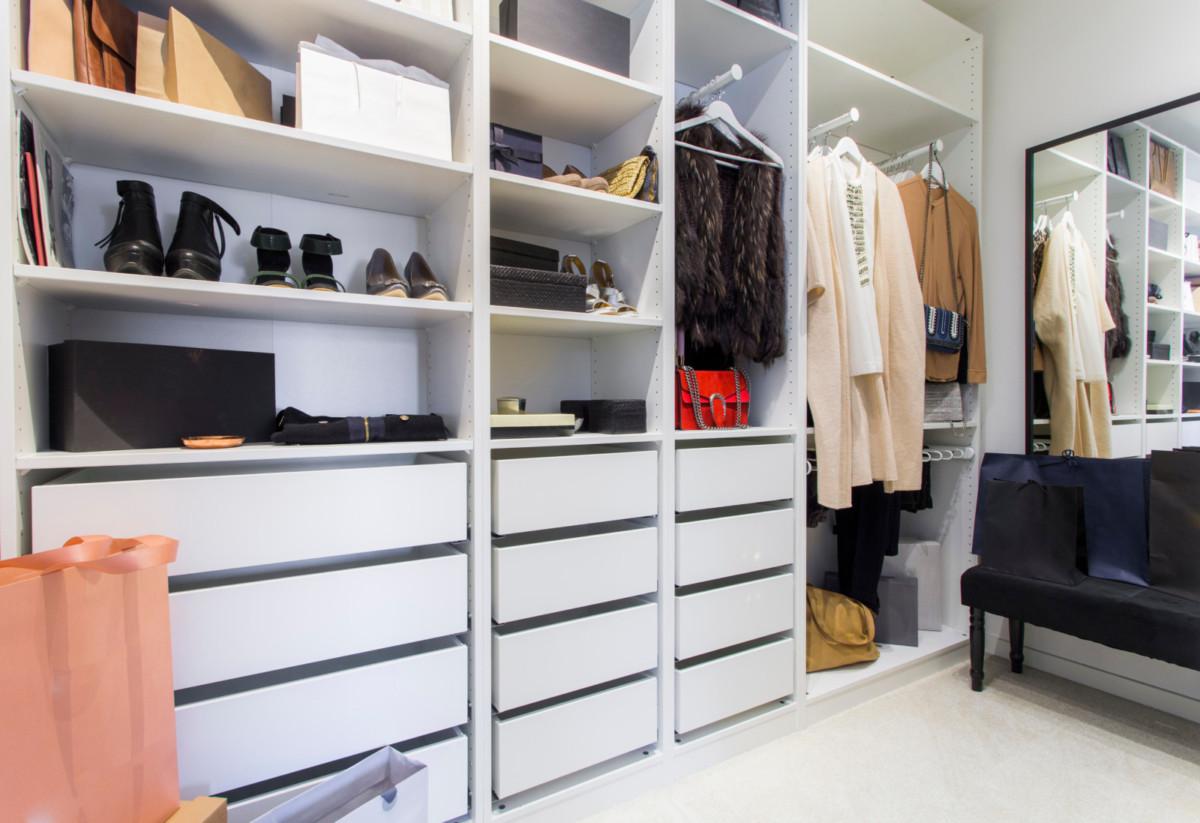 Как сделать гардеробную в маленькой комнате: 20 идей хранения и 3 главных секрета