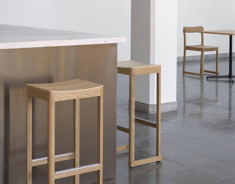 Компания Artek пополнила свою коллекцию Atelier барным табуретом