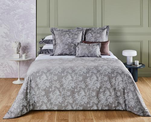 Какие комплекты постельного белья предлагает компания Yves Delorme для тепла и уюта