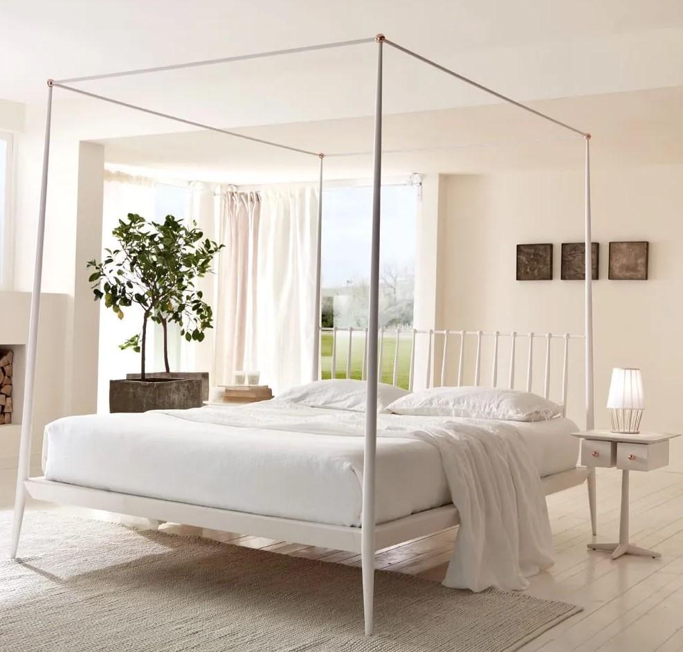 Кровати-платформы, балдахины и блеск металла: тренды интерьера современной спальни